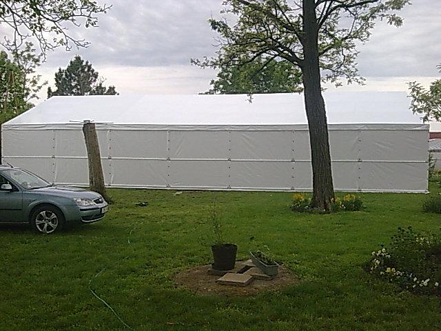 fehér színű ponyva anyagból készült sátor