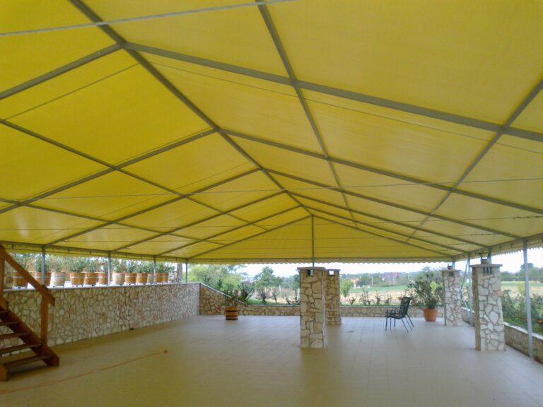 sárga színű ponyva tető
